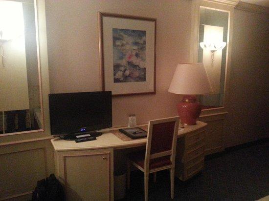 The Monarch Hotel: TV e scrivania in camera