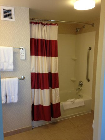 Residence Inn Sacramento Downtown at Capitol Park: Bath 2 tub shower combo