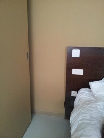 Hotel Matelote: The sliding door for the toilet which does not lock and is next to bed