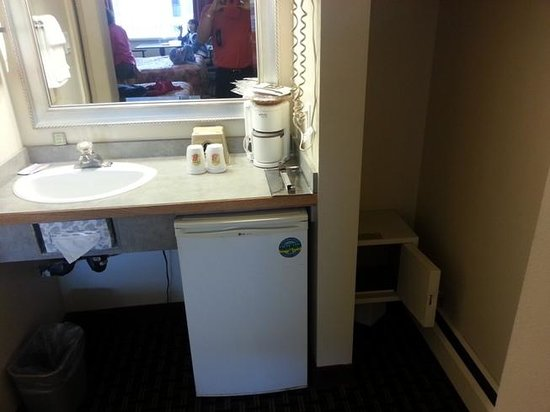 Super 8 Village Calgary AB: Room amenities
