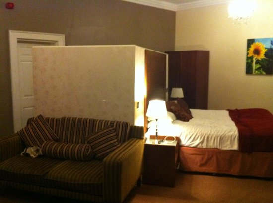The Sun Hotel: Sitting area./bed area