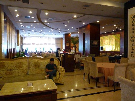 King Dynasty Hotel: Bar area