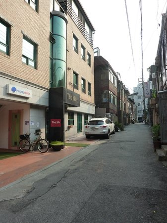 Hostel Korea: Street view outside Hostel