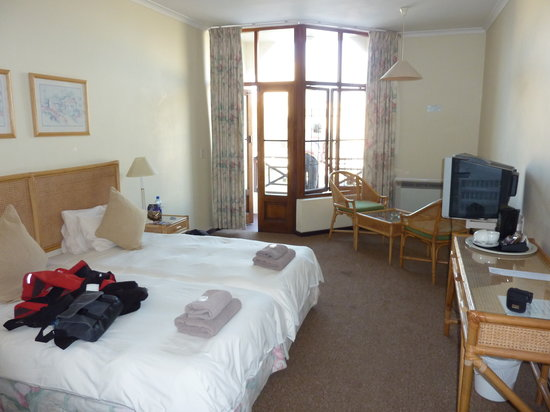 Bayview Hotel: onze kamer, balkon aan de straatkant