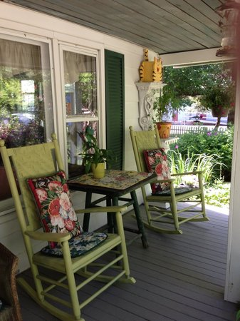 Gable Haus Country Inn & Linville Cottages: Wonderful porch at Gable Haus. Great for bird watching & a glass of wine!