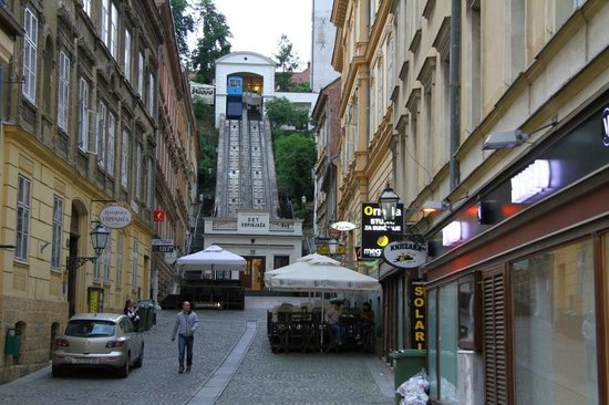 Chillout Hostel Zagreb: Funicular near hostel. At the left is entry.
