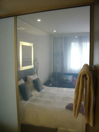 Novotel Lugano Paradiso: Badezimmerwand - transparent