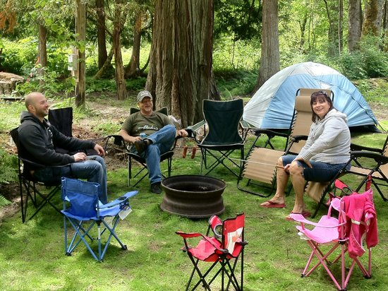 Kokanee Chalets: Family enjoying one of our campsites