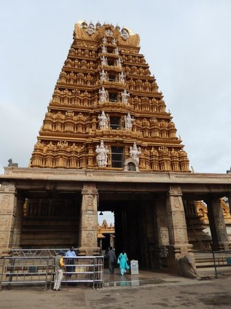 Srikanteshwara Temple: The temple steeple