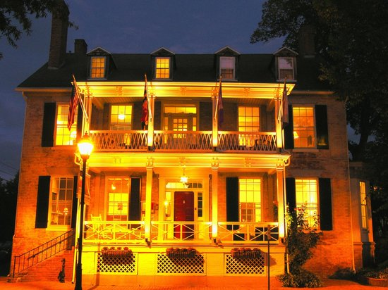 Bartlett Pear Inn: Bartlett Pear at night!