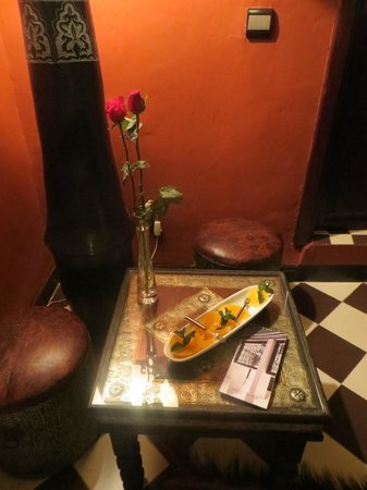 Riad Aguaviva: Sultan Room gifts- oranges and roses