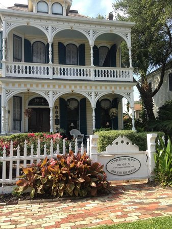 Coppersmith Inn Bed & Breakfast: What you see when you pull up