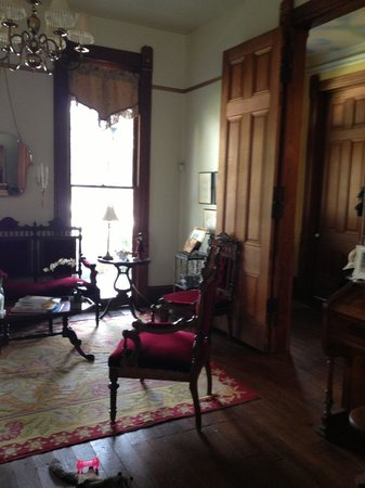 Coppersmith Inn Bed & Breakfast: Parlor in Main House
