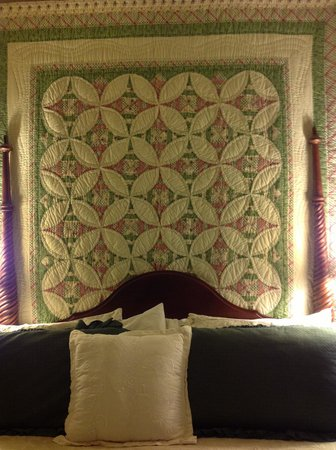 Inn at the Canal: Lovely quilt behind the bed in Chesapeake Haven room