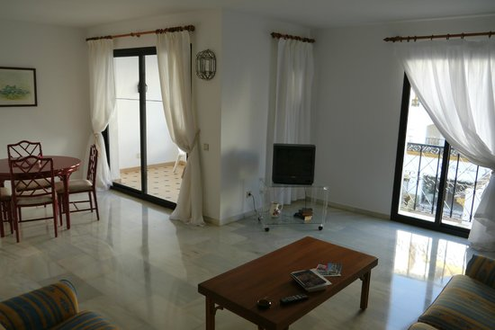Benabola Hotel & Apartments: Spacious living room