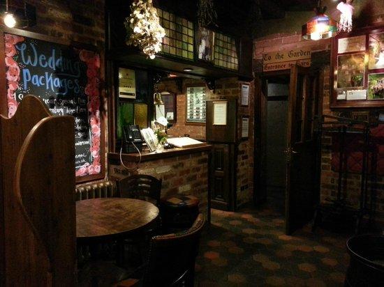 Hundred House Hotel: Bar area