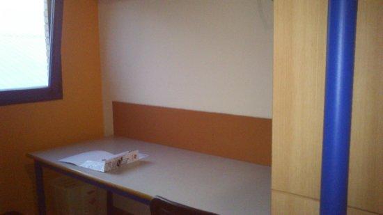 Albergue Juvenil y Colegio Mayor Galileo Galilei: Un escritorio
