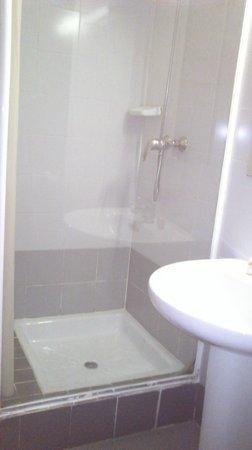 Albergue Juvenil y Colegio Mayor Galileo Galilei: La ducha