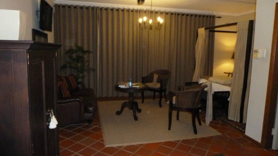 Wilderness Manor Guest House: Living area in the room