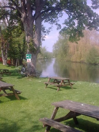 Legacy Rose & Crown Hotel: View from the garden of the River Avon