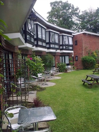 Legacy Rose & Crown Hotel: View of the executive rooms which overlook  the garden and river.