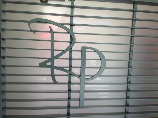 Royal Palms Resort & Spa: Front Gate