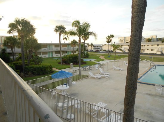 Motel 6 Cocoa Beach : courtyard and pool