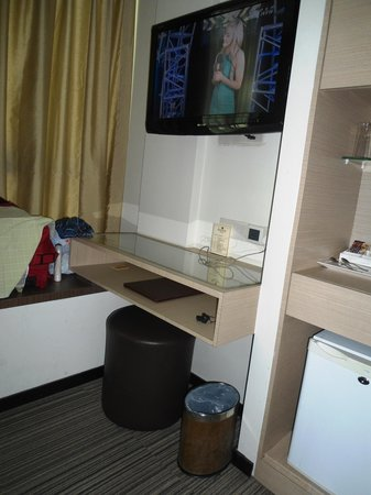 Aqueen Hotel Lavender: Opp to Bed view...with T.v and other things..