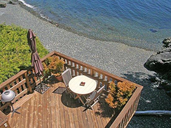 Eagle Cove Beachfront Guest Suites: The Snug Dining Deck