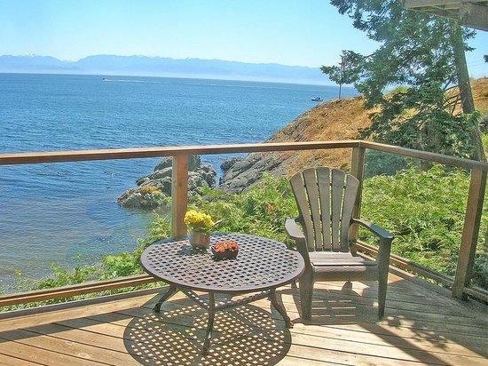 Eagle Cove Beachfront Guest Suites: The Snug Bedroom Deck