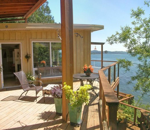 Eagle Cove Beachfront Guest Suites: Entry to The Aerie