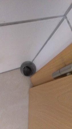 Trust Inn Studio Hotel: Vergessenes Glas im Badezimmer hinter der Tür. Inhalt war zu einer schwarzen Masse eingetrocknet