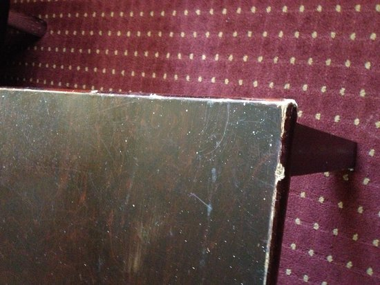 Ramada Anaheim Convention Center: Beat up furniture