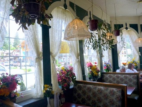 The Tumwater Inn Restaurant: Tumwater Inn Restaurant dining area near windows