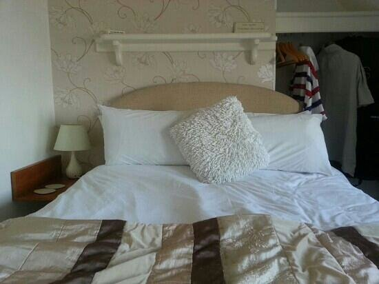Pebbles Guest House: lovely comfortable bed