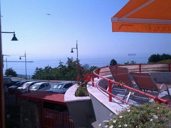 B&B Bellavista Costa d'Amalfi: vista dalla finestra della camera...il terrazzo sulla destra è davvero molto carino soprattutto