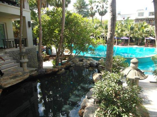 Bann Pantai Resort: Der Kanal zwischen den Gebäuden m. Blick auf den Pool