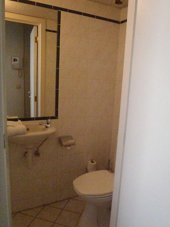 Thon Residence Parnasse: Small separate WC