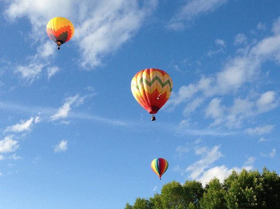 Parker House Inn and Bistro : balloon festival at the back door