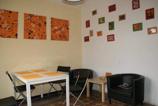 Blue Hostel Barcelona: la salle de sejour, avec canapé et table à manger