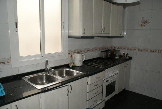 Blue Hostel Barcelona: la cuisine, avec frigo. Prévoyez vos casseroles...