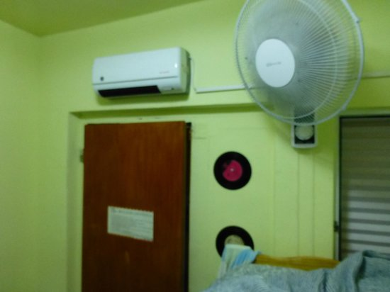 MT SOHO Hostel: White fan turning black