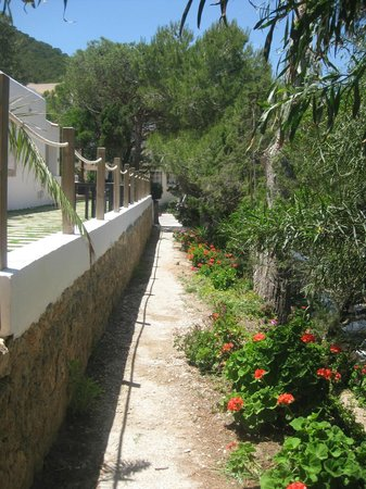 Palladium Hotel Cala Llonga: Pathway from hotel to beach (a la carte restaurant to the left)