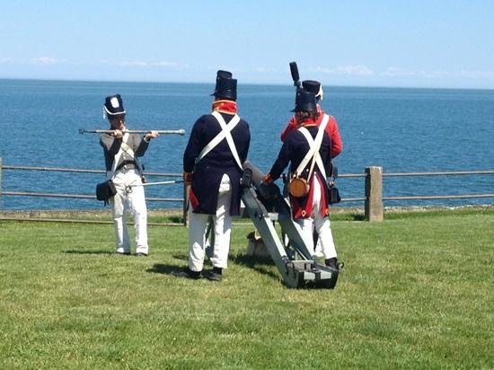 Old Fort Niagara: cannon demonstrations