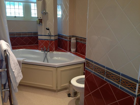 Norfolk Royale Hotel: Huge  bathroom