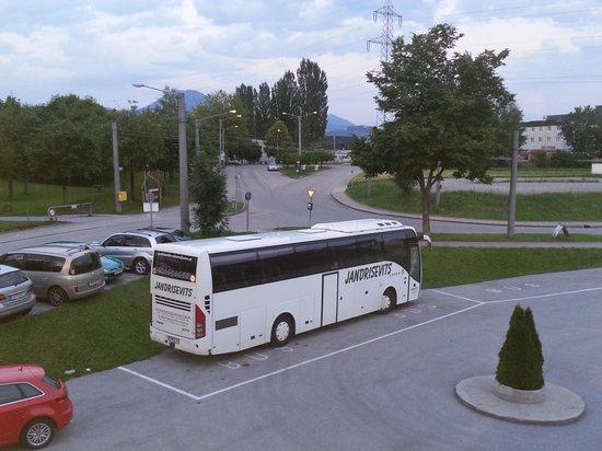 A.E.I.O.U Ökotel: Parkplatz, im Hintergrund Bushaltestelle