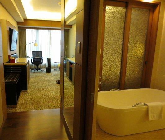 InterContinental Residences Saigon: Adjoining bathroom