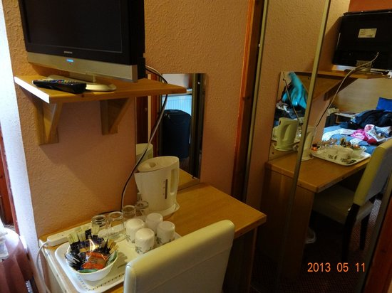 Whin Park Guest House: Closet and sitting area in the room
