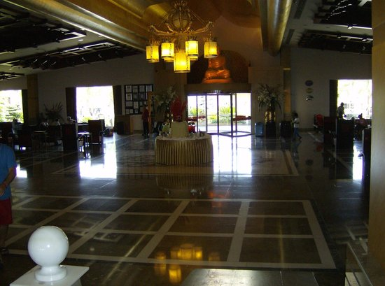 Royal Dragon Hotel: entrance area with drinks table stocked all the time with fresh drinks