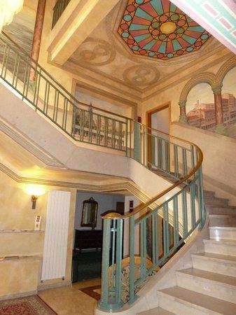 Hotel Ponte Vecchio: Vestíbulo y escalera principal